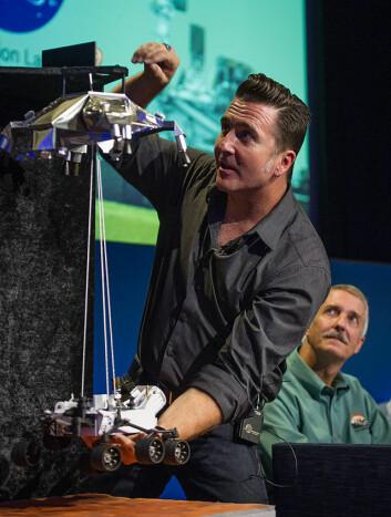Adam Steltzner demonstrerer Sky Crane, landingsmekanismen som landsatte kjøretøyet Curiosity på planeten Mars 6. august 2012. (Foto: NASA)