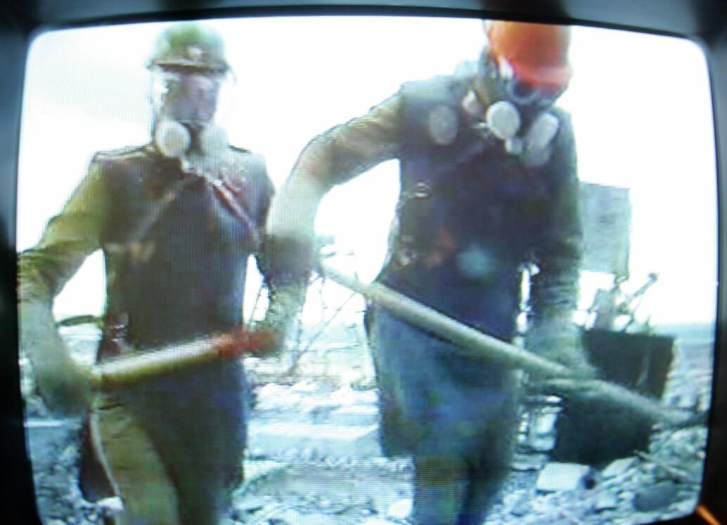 Bilder av en TV-monitor ved Tsjernobyl-museet i Kiev som viser en dokumentar om «likvidatorene», folk som var med på opprydningen av Tsjernobyl-ulykken. Det er uvisst om menneskene på bilde er en del av utvalget i den nye Science-studien.