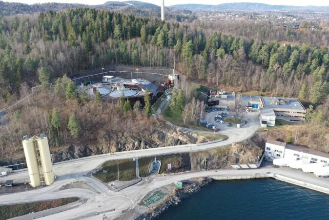 Dronebilde av renseanlegget VEAS. Nesten 90 prosent av anlegget ligger skjult inne i fjellet.