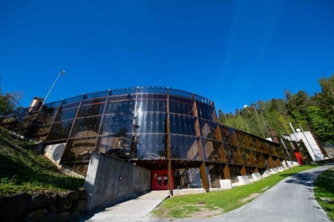 Bak denne glassfasaden på Slemmestad skjuler de fire råtnetankene seg. Tankene er 20 meter høye og 19 meter i diameter. Tilsammen rommer tankene 24 000 m3 med slam og produserer biogass tilsvarende 6 millioner liter diesel årlig.