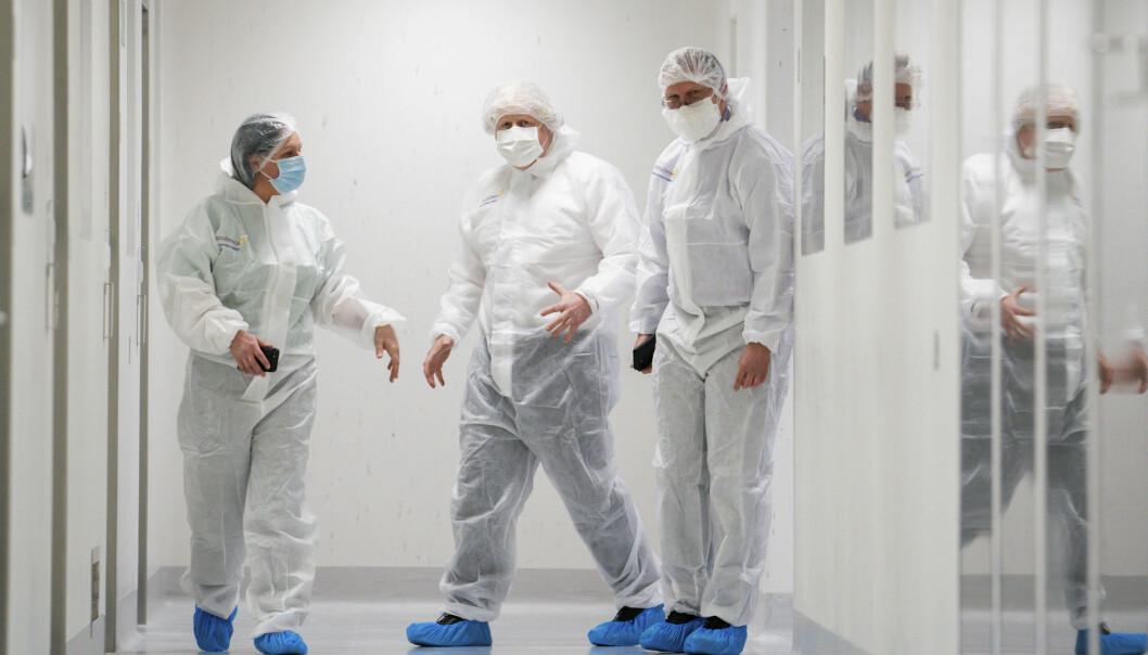 Storbritannias statsminister Boris Johnson (i midten) besøker et AstraZeneca-anlegg i Macclesfield i England.