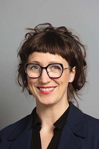 Tina Maria Lie er sykepleier ved Oslo skadelegevakt. Hun og kollegene er glade for å kunne bruke munnbind på jobb, men etterlyser mer forskning på ulempene.