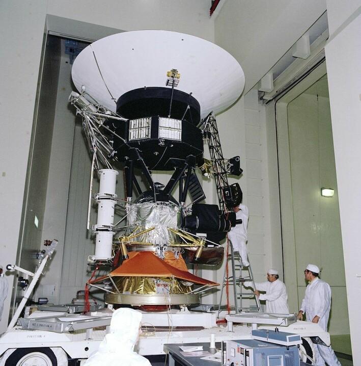 NASA-personell klargjør Voyager 2 før tester og oppskytning på 1970-tallet. Denne maskinen er nå rundt 19 milliarder kilometer fra oss.