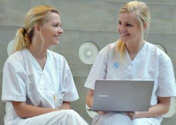 Sykepleierstudentene Emilie Vinnes og Malin Theissen forstår godt hvorfor e-kompendiene er så populære. (Foto: Asbjørn Jensen/UiS)