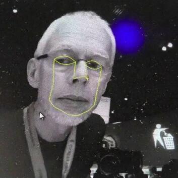 Rille istedenfor brille: Toshibas brilleløse 3D-system krever ansiktssporing for å virke slik det skal. Her spores gluggene til artikkelforfatteren. (Foto: Arnfinn Christensen)