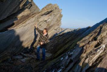 Geolog Udo Zimmermann ved Universitetet i Stavanger har hele verden som forskningsfelt. Han studerer bergarter og sedimenter like gjerne i Argentina som her på Vigdel-stranda på Jæren. (Foto: Morten Berentsen)