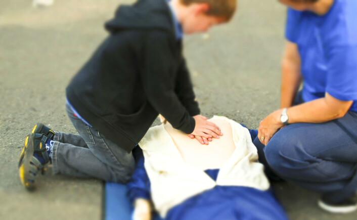 Barn som har satt noe i halsen kan få hjertestans av oksygenmangel. Dette er et av tilfellene hvor hjertet kan startes igjen med kompresjoner. (Foto: www.colourbox.com)