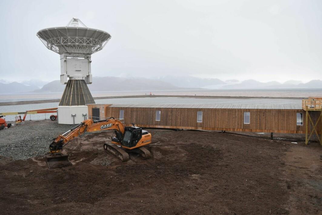 Stasjonen og antenna til forskningsstasjonen er på plass, og jorda legges tilbake i området rundt.
