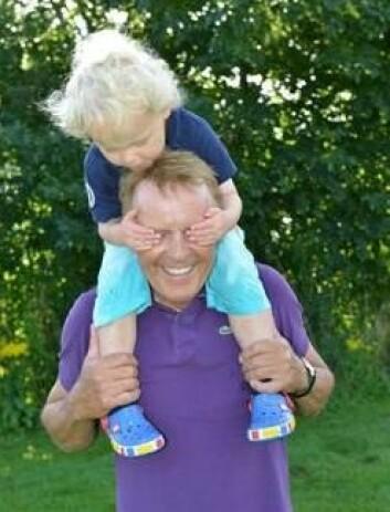 Knud Knudsen (snart 68) og barnebarnet Martinius (nettopp 3) er i lag fleire gonger kvar veke, til glede for begge. (Foto: Asbjørn Jensen, UiS)