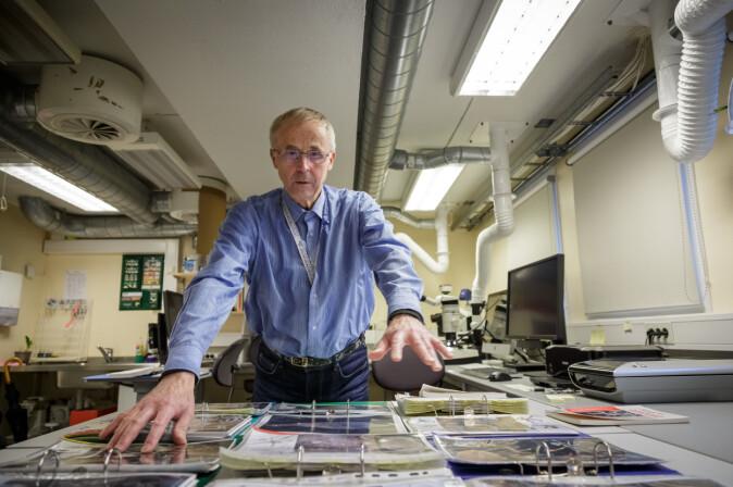 Arne Hassel har eit rikholdig oppslagsverk tilgjengeleg - mykje av det har han laga sjølv.