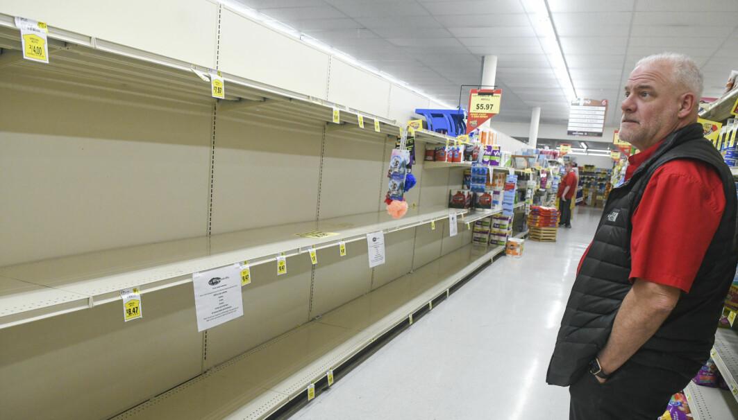 Mange steder i verden begynte folk å hamstre da pandemien startet. Her er et foto av tomme butikkhyller i en by i Pennsylvania, USA. Men hvem var det som hamstret? Svaret vil kanskje overraske mange.