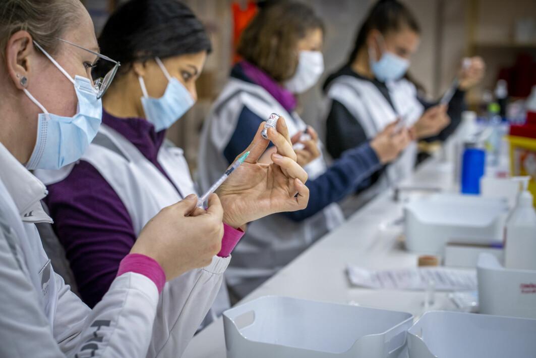 113 ansatte ved Oslo skadelegevakt svarte i en uformell undersøkelse at de opplevde plager som følge av å bruke munnbind. Bildet viser sykepleiere fra Bærum kommune som fyller sprøyter med Pfizer-vaksine mot koronavirus.