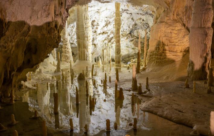 Dryppsteinene er oftest lagd av stoffet kalsiumkarbonat. Akkurat samme stoff som mesteparten av eggeskall er lagd av. Bildet er fra den kjente dryppsteinshulen grotte di Frasassi i Italia.