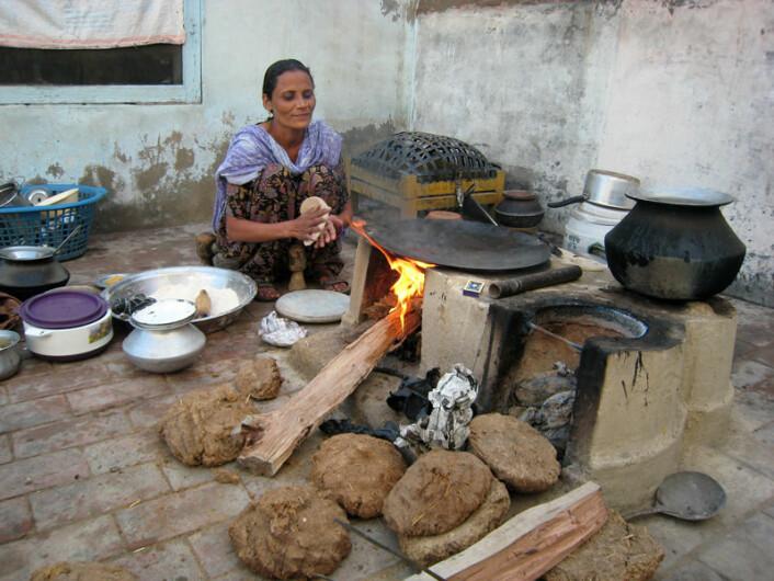 En kvinne i Rorikapura i delstaten Punjab lager det indiske brødet chapati. Hun fyrer med ved og tørket husdyrgjødsel. (Foto: Anna Marie Nicolaysen)