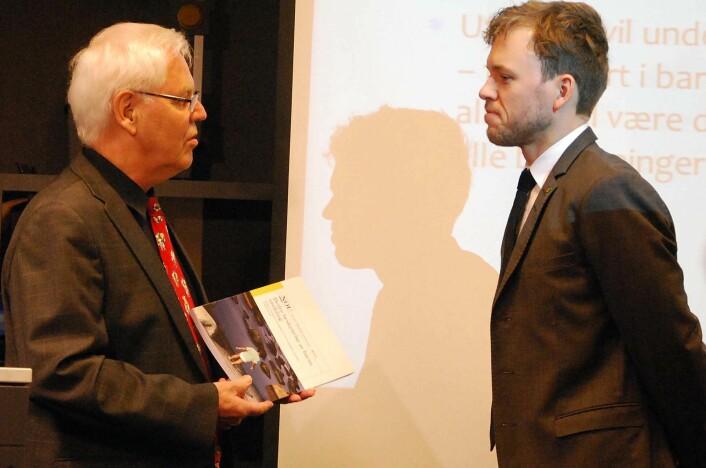 Magne Raundalen, barnepsykolog og leder av utvalget, overleverer utredningen til Barne-, likestillings- og inkluderingsminister Audun Lysbakken. (Foto: Kari Oliv Vedvik)