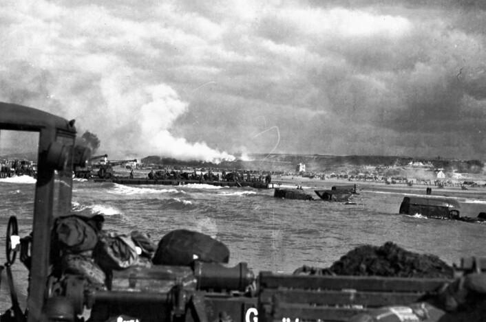 D-dagen i Normandie. Røyken stiger fra tyske posisjoner på land. (Foto: US Army, Wikimedia Commons)