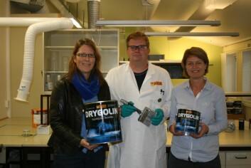 Senioringeniør Nina Hove Myhre, fagtekniker Truls Syvertsen og labsjef Tina Helland hos Jotun har tatt i bruk Smart produksjon i fremstillingen av bindemiddel. (Foto: Jotun)