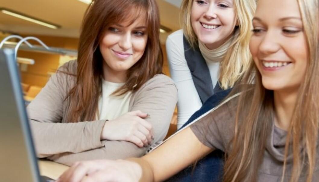 Jenter sørger for mer av mobbingen på nett, enn for den tradisjonelle mobbingen. (Illustrasjonsfoto: Colourbox)