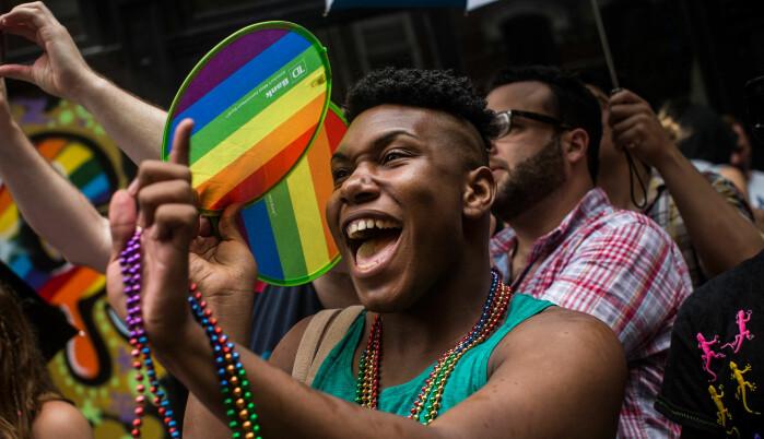 De unge skeive er mer åpne med sin seksuelle orientering enn tidligere generasjoner, i hvert fall i USA. Dette bildet er fra en Pride-parade i New York i 2013, kort tid etter at høyesterett mente det grunnlovsstridig å nekte likekjønnet ekteskap.