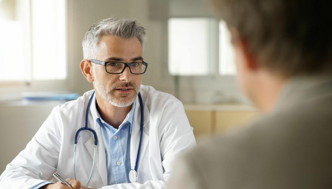Er det forskjeller på hvordan mannlige og kvinnelige leger snakker med pasientene? Mange studier har sett på dette, og funnene er til dels motstridende, skriver Norsk Helseinformatikk.