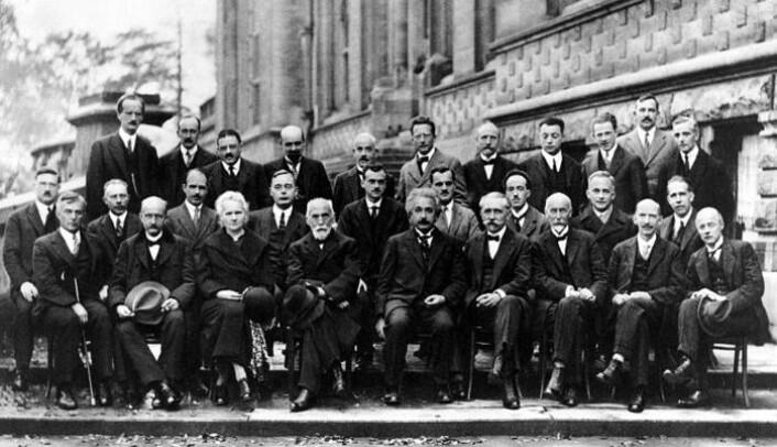 Solway-konferansen i Brussel, 1927. Erwin Schrödinger nr. 6 fra venstre i bakre rad, Wolfgang Pauli og Werner Heisenberg nr. 4 og 3 fra høyre i samme rad. Albert Einstein prominent i midten foran. (Foto: Wikimedia Commons)