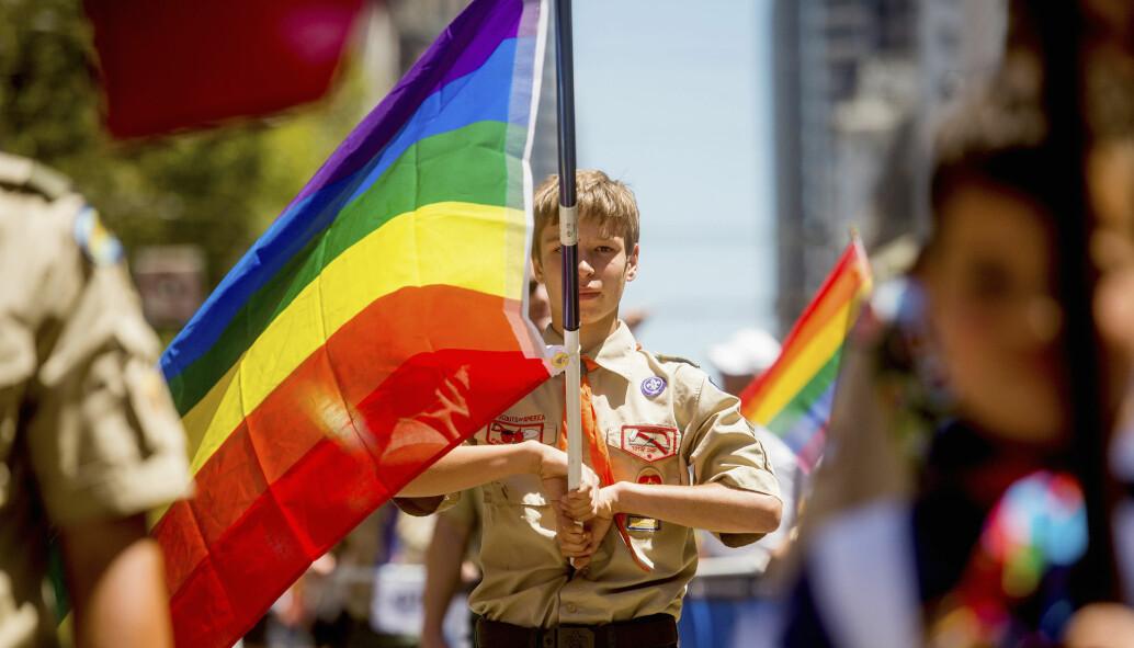 Unge, amerikanske skeive er mer åpne om sin seksuelle orientering enn før. Bildet viser en ung speidergutt med pride-flagget i San Fransisco i 2014. Da fikk ikke skeive voksne ikke speiderledere i organisasjonen Boy Scouts of America. Forbudet ble opphevet året etter.