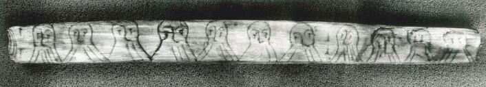En runepinne fra 1100-tallets Bryggen i Bergen viser at folk lekte seg med skriften. Strekene i skjegget til mennene utgjør et kodet budskap, skrevet med sifferruner. (Foto: Aslak Liestøl/Kulturhistorisk museum, UiO)