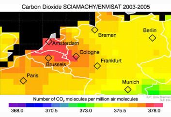 """""""Konsentrasjonen av menneskeskapt karbondioksid i atmosfæren over Europa, sett av Envisat. Det er mest karbondioksid i området fra Amsterdam til Frankfurt. Dette er det tettest befolkete stedet i Europa. Bildet er en illustrasjon."""""""