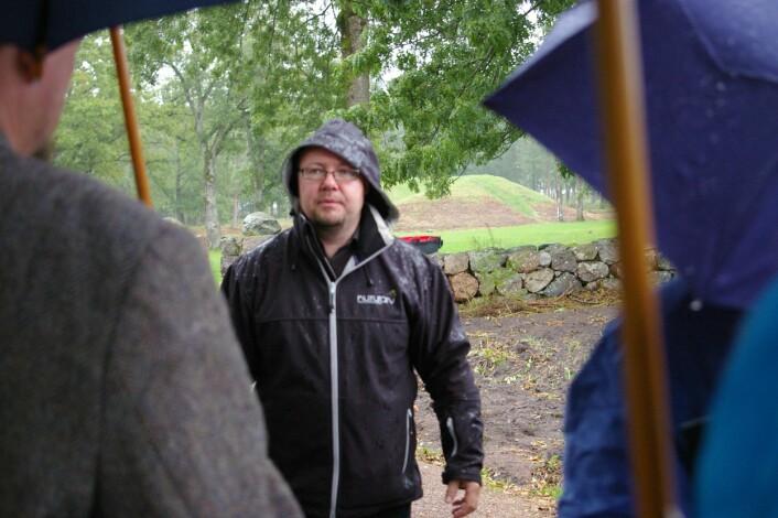 Terje Gansum med tilhørere foran en av gravhaugene i Borre. (Foto: Bjørnar Kjensli)