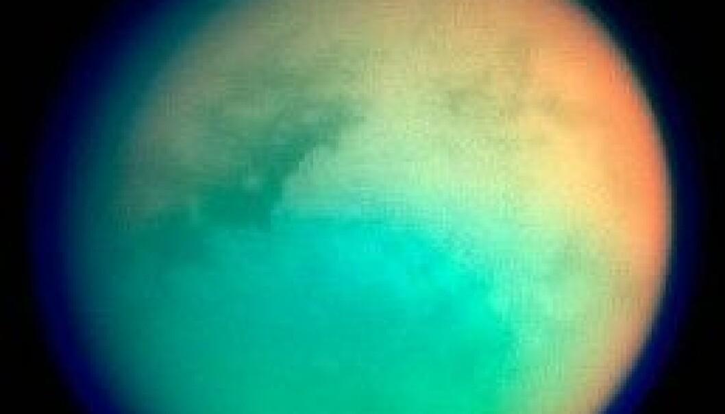 Titan, den nest største månen i solsystemet, i et mer helhetlig perspektiv. Wikimedia Commons