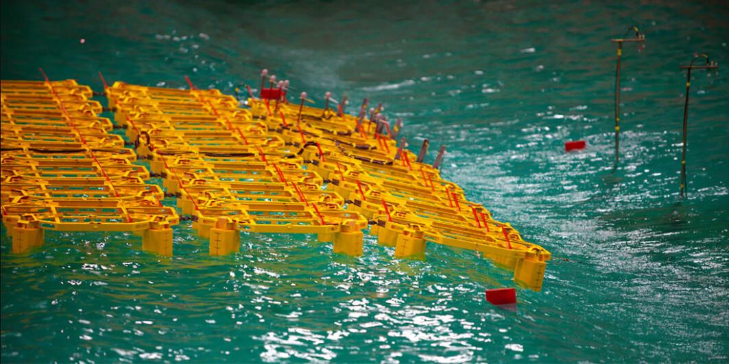Nei, det er ikke Lego. Dette er en modell av et flytende solkraftverk som består av 64 moduler i laboratoriet til Sintef Ocean.