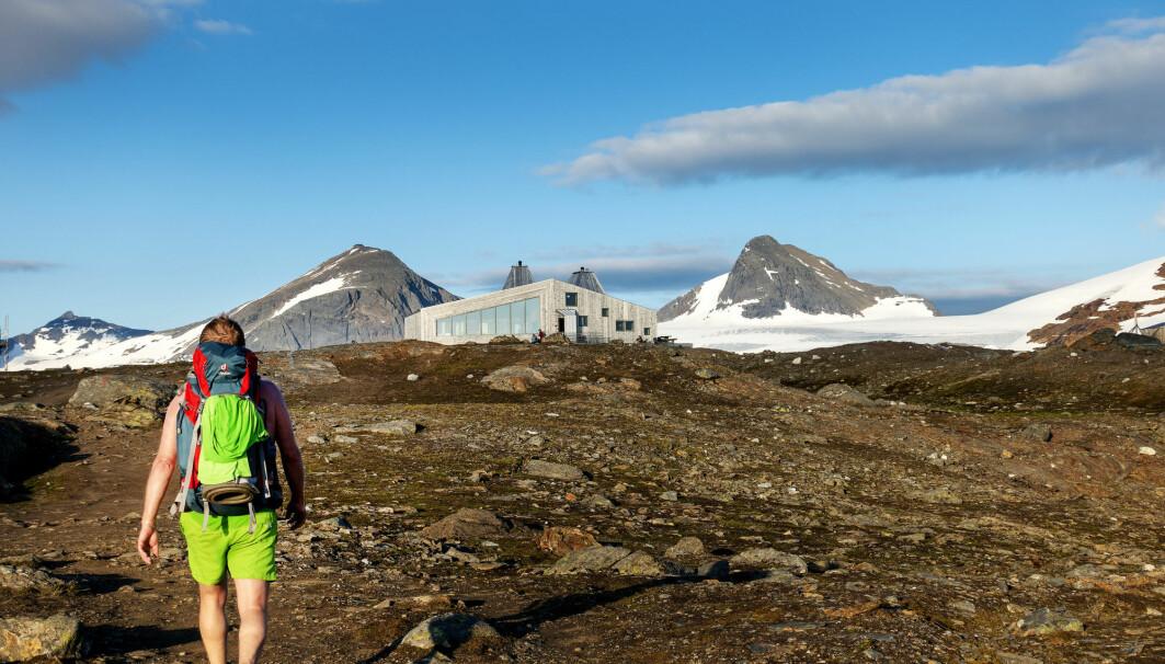 Turister fra andre land har for alvor oppdaget det unike tilbudet DNT gir turister som ønsker å besøke den norske fjellheimen. Spektakulære Rabothytta er en av DNTs nyeste og høyest beliggende hytte. Den ligger på 1200 meter over havet og har Okstindan i bakgrunnen.