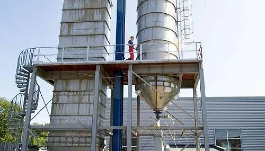 Problemfri produksjonsflyt er målet, enten produktet er is, maling, pulver eller pellets. Her fra Tel-Teks siloanlegg i Porsgrunn, hvor det gjøres fullskala forsøk med pulver og pellets for å oppnå problemfri flyt gjennom silo. Tel-Tek