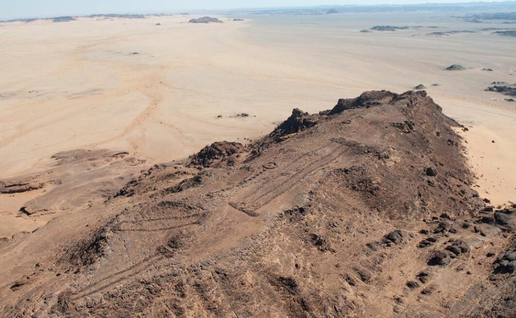 Nederst på bildet kan du se et eksempel på en mustatil, mange tusen år gamle steinkonstruksjoner i ørkenen i den arabiske halvøya.