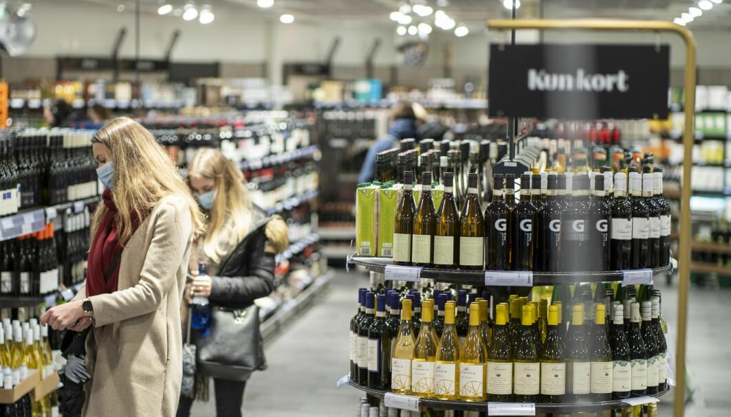 Små endringer i det totale alkoholkonsumet under pandemien kamuflerer trolig større endringer hos grupper i samfunnet, ifølge den nye forskningen.