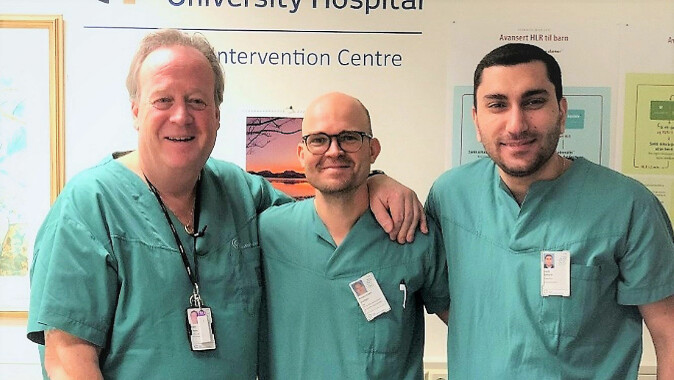 Surgeon Davit Aghayan (on the right) made these discoveries as part of the CoMet study together with Professor Bjørn Edwin at UiO (on the left) and Åsmund Fretland.