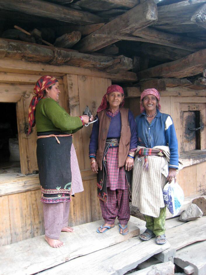 Tre bønder i foran inngangen til frøbanken i den økologiske landsbyen Jakul i Uttarakhand. Frøbankene sikrer lokalt såkorn til neste år. Landsbyene kan låne ut såkorn til nabolandsbyer om avlingen har slått feil. (Foto: Anna Marie Nicolaysen)
