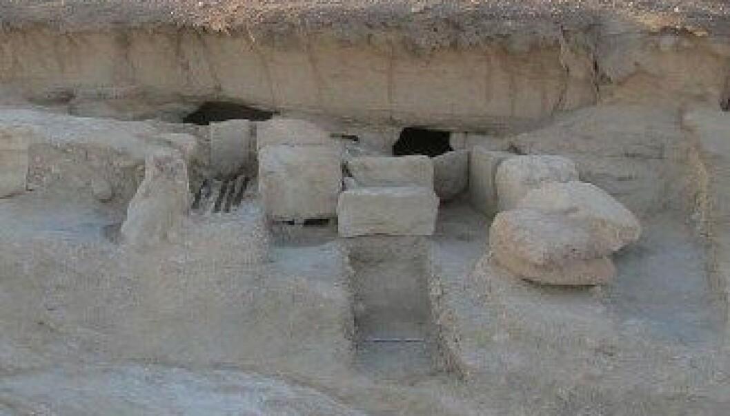 Båthamn frå oldtida i Wadi el-Jarf i Egypt. Hola i berget var brukt som lagerrom for båtar samt krukker for å oppbevare vatn. Pierre Tallet, Université Paris-Sorbonne