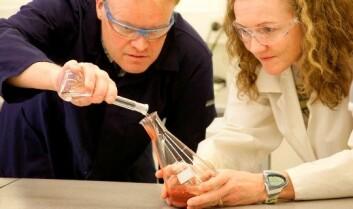 Tommy Mokkelbost og Fride Vullum-Bruer i sving på lab-en med pulverbaserte materialer som skal bli ingredienser i oppladbare batterier. (Foto: Gry Karin Stimo, Sintef)