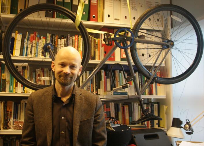 Aksel Tjora er professor i sosiologi ved NTNU i Trondheim, og tråkker den hengende sykkelen hjem på slutten av arbeidsdagen. (Foto: Ida Korneliussen)