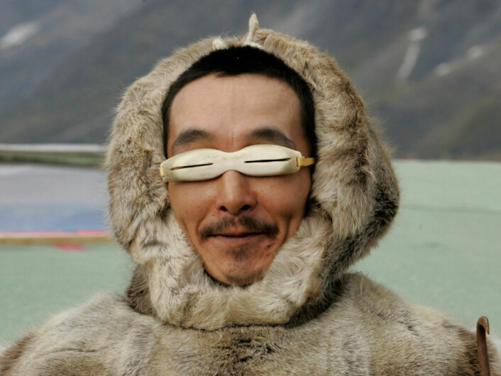 Kanadisk inuitt med tradisjonelle solbriller (Illustrasjonsfoto: Scanpix)