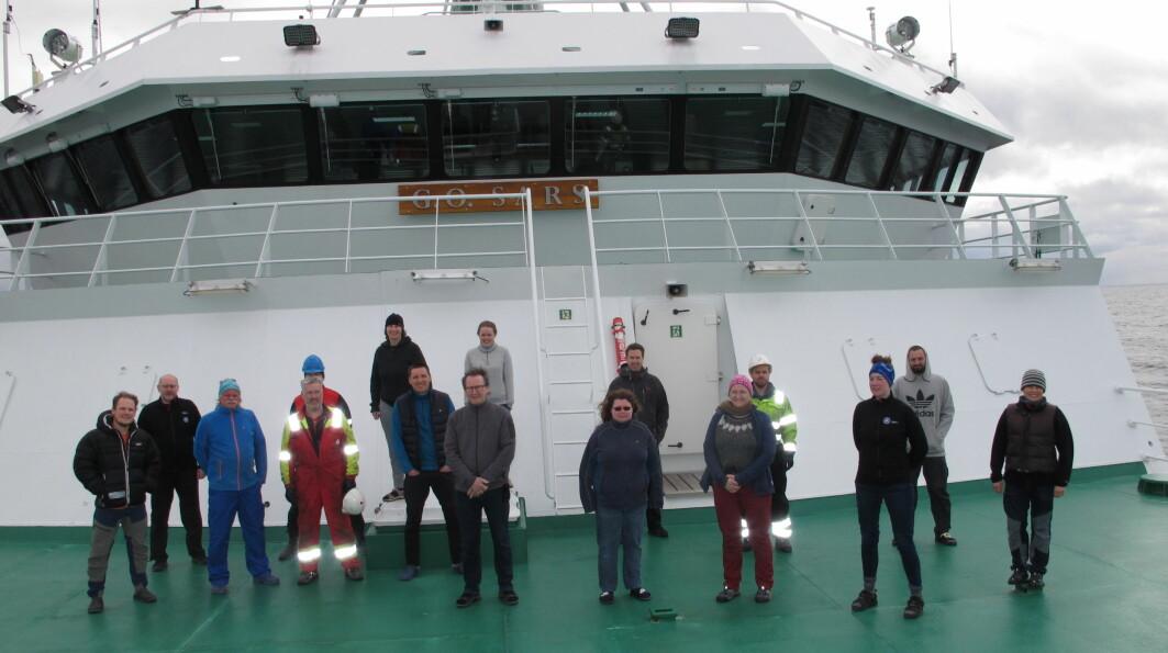 Mareanos toktdeltakerne består av dataingeniør, kjemiker, elektroingeniører, geologer og biologer, og er her samle foran brua på 'G.O. Sars' under utseilingen fra Bergen.