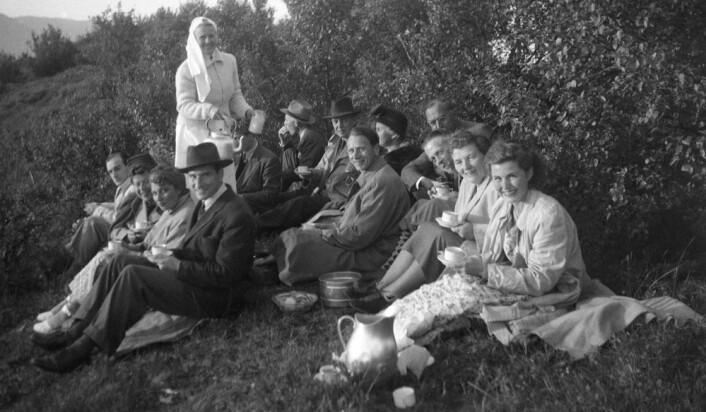 Sankthansfeiringen rundt omkring i landet har vært preget av spontane arrangementer, hvor folk møttes for å drikke kaffe og spise lefse. Etter hvert overtok organisasjonene mer og mer. Her feires det sankthans i Sandnessjøen i 1949. (Foto: Norsk Folkemuseum)