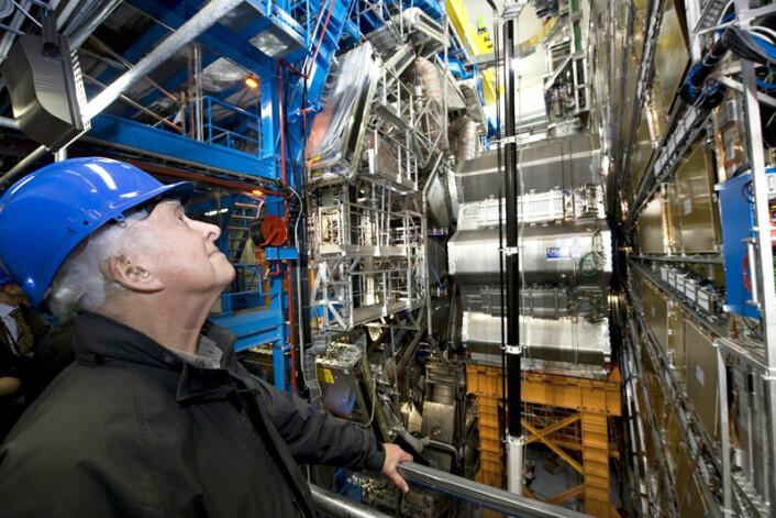 Den engelske fysikeren Peter Higgs besøkte CERN i april 2008. Her er han fotografert foran det gigantiske ATLAS-eksperimentet, en del av LHC. Peter Higgs har gitt navn til det postulerte Higgs-bosonet, som LHC er ventet å finne hvis det eksisterer. (Foto: CERN)