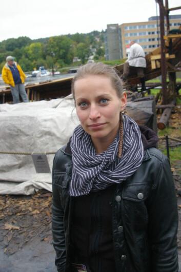 Alzbeta Danielisova fra Praha foran den halvferdige rekonstruksjonen av Osebergskipet i Tønsberg. (Foto: Bjørnar Kjensli)