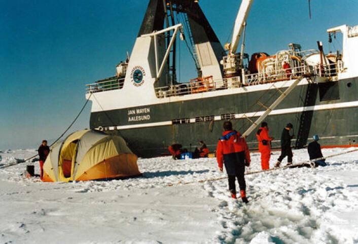 Innsamling av prøver ved Svalbard i fjor. Forskningsfartøyet F/F Jan Mayen har nå skiftet navn til F/F Helmer Hanssen. (Foto: Else Nøst Hegseth)