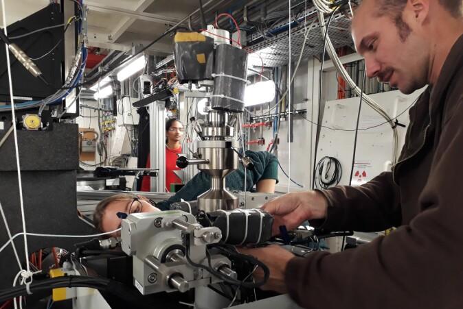 Benoit Cordonnier ved Det europeiske synkrotronstråleanlegget i Grenoble med instrumentet som har ledet frem til Francois Renards nye prosjekt.