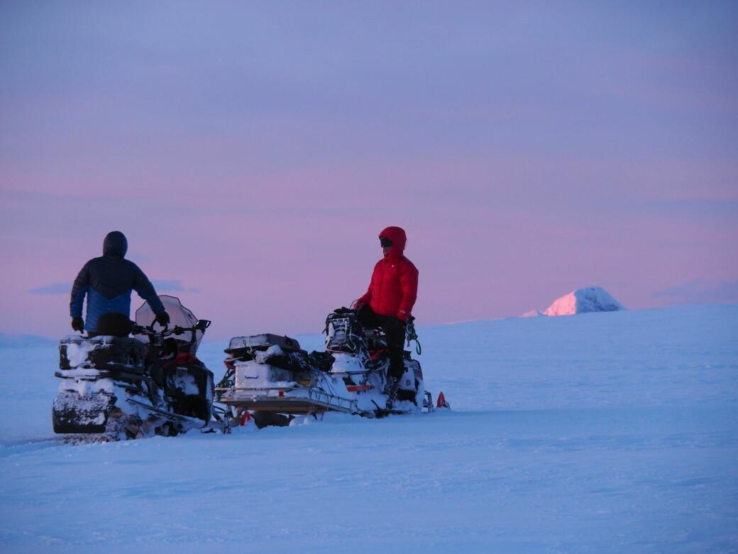 De siste ukene har i alt 16 forskere jobbet oppe på Jostedalsbreen. Bak snøskutere har de hatt sleder med radarer.