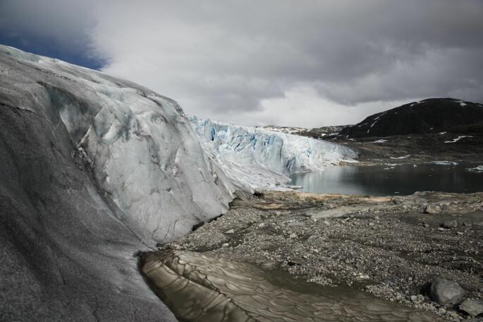 Austdalsbreen er en nordøstlig utløper av Jostedalsbreen. Austdalsbreen kalver i Austdalsvatnet Neste vår skal forskerne se nærmere på utløperne fra breen.