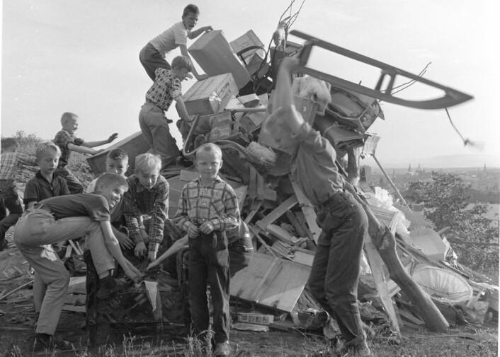 Å samle ved til sankthansbålet var noe mange i et lokalsamfunn deltok i tidligere. Her ser vi en bålgjeng i Oslo i 1968. (Foto: Norsk Folkemuseum)